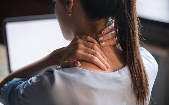 Steifer Nacken - Was hilft? 6 Tricks gegen einen verspannten Nacken