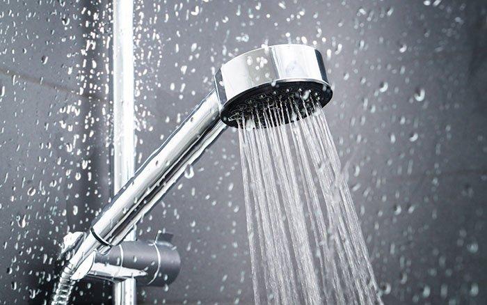 Kalt Duschen: 13 Vorteile für Gesundheit & Willensstärke